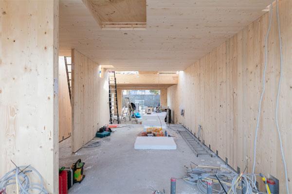woonkamer van houtmassiefbouw in aanbouw