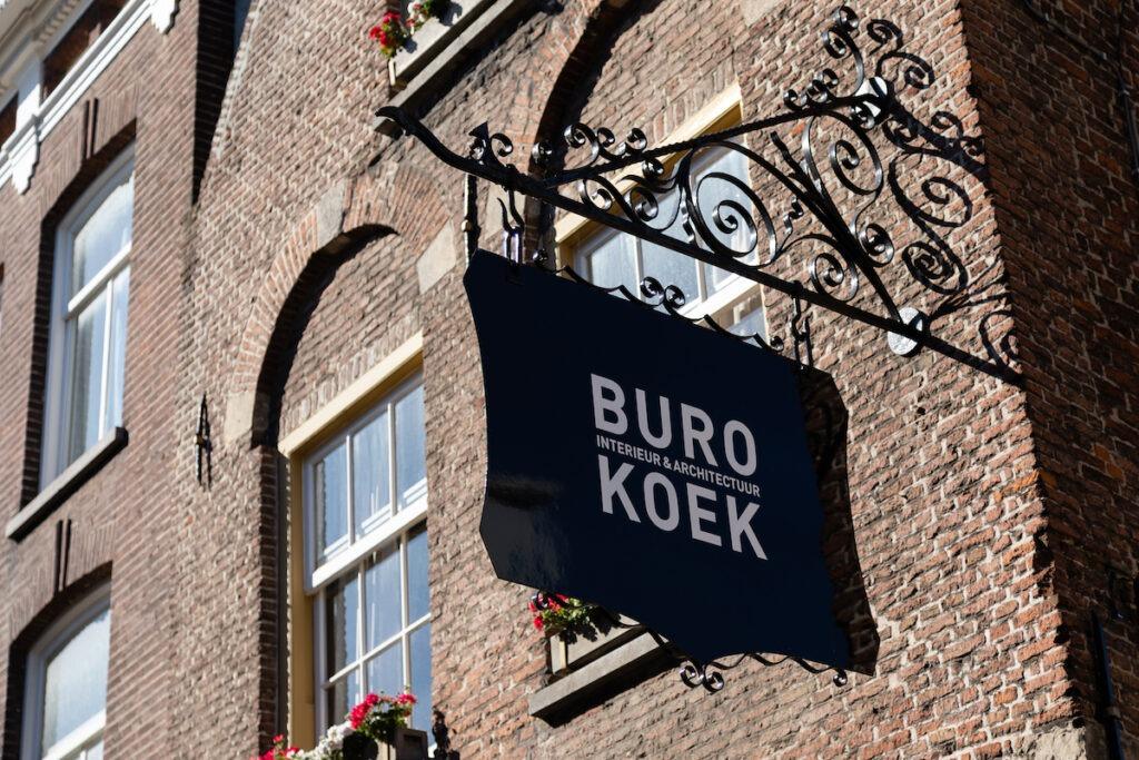 Koffie met Koek? Uithangbord bij Buro Koek.